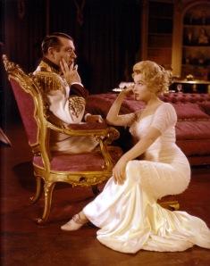 Richard Wattis ile Marilyn Monroe, The Prince And The Showgirl (1957) filminin bir sahnesinde